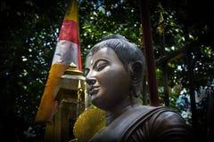 Slut upp Buddhaframsida med mjukt le royaltyfria bilder