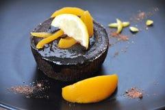Slut upp chokladkakan med persikan Royaltyfri Bild