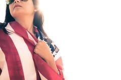 Slut upp den allvarliga framsidan för kvinna som täckas av USA flaggan Royaltyfri Fotografi