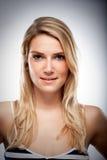 Slut upp den attraktiva blonda kvinnaståenden royaltyfri bild