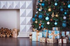 Slut upp den dekorerade julgranen Inga personer bakgrundsfärger semestrar röd yellow royaltyfri bild