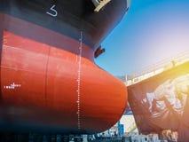 Slut upp den Frontal sikten, lökformigt pilbågeskepp som förtöjer i sväva torr skeppsdocka royaltyfri foto