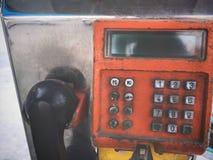 Slut upp den gamla Grungy orange offentliga payphonen Fotografering för Bildbyråer
