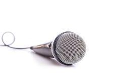 Slut upp den gamla mikrofonen som isoleras på vit arkivbild