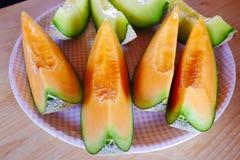 Slut upp den nya skivade melon med plattan på träbakgrund på melonlantgården i Furano, Hokkaido, Japan Royaltyfria Foton