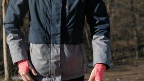 Slut upp den slanka konditionkvinnan för sikt som utomhus utarbetar i solig vinter arkivfilmer