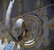 Slut upp det medeltida dörrhandtaget royaltyfria foton