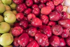 Slut upp det nya röda äpplet på marknaden Fotografering för Bildbyråer