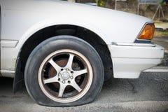 Slut upp det plana gummihjulet Royaltyfri Fotografi