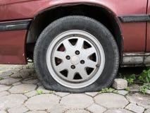 Slut upp det plana gummihjulet Arkivbild