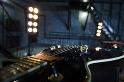 Slut upp electro gitarrbakgrund Dragspel som isoleras på blå bakgrund Makro royaltyfria foton