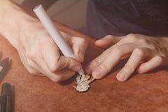 Slut upp emblem för målning för manhandhantverk från trä vid den permanenta markören på arbetsplats Handgjort begrepp med kopieri royaltyfri fotografi