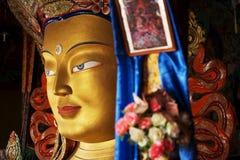 Slut upp färgrik skulptur av Maitreya buddha Royaltyfri Foto