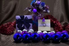 Slut upp färgrika garneringar för julträd fotografering för bildbyråer