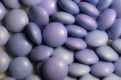 Slut upp färgrika godisar av choklader arkivfoto