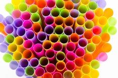 Slut upp färgrikt av att dricka sugrörbakgrund Fotografering för Bildbyråer