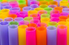 Slut upp färgrikt av att dricka sugrörbakgrund Royaltyfria Foton