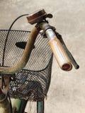 Slut upp fotoet av det gamla, smutsiga och rostiga cykelstyret Fotografering för Bildbyråer