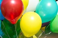 Slut upp fotoet av färgrika ballons arkivbild