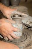 Slut upp fotoet av händer i keramikerhantverk Royaltyfri Fotografi