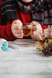 Slut upp fotoet av kopp te, preventivpillerar sjuk man& x27; behandlat s royaltyfria foton