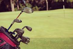 Slut upp golfpåse på kurs arkivbild