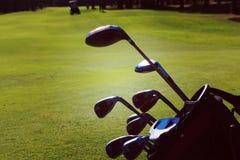 Slut upp golfpåse på kurs royaltyfri fotografi