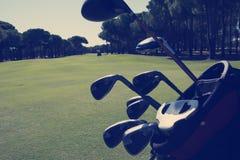 Slut upp golfpåse på kurs arkivfoton