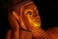 Slut upp guld- korridor för vilaBuddhastaty av udde i Phang Nga Thailand royaltyfri fotografi