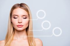 Slut upp härlig ideal ren ren prickfri hud för stående henne som hennes kvinnaframsida med elegant nakenstudie utgör markerat arkivbild