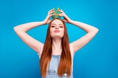 Slut upp härligt fantastiskt för foto henne hennes framlägga för krona för huvud för headwear för process för damsjälvkröning gla royaltyfria bilder