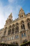 Slut upp högväxt gotisk byggnad av det Wien stadshuset fotografering för bildbyråer