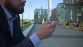 Slut upp handen för affärsman` som s bläddrar smartphonen, steadicam stock video