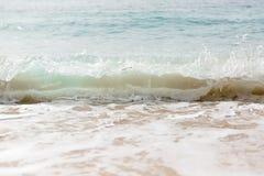 Slut upp havsv?gor med f?rgst?nk p? sandstranden close upp royaltyfri bild