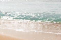 Slut upp havsv?gor med f?rgst?nk p? sandstranden close upp royaltyfria foton
