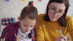 Slut upp hjälpande dotter för mamma att göra läxa lager videofilmer