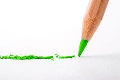 Slut upp huvudet av blyertspennan för grön färg på vitt teckningspapper, c Royaltyfria Bilder