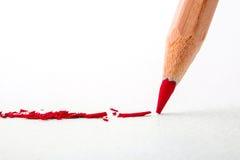 Slut upp huvudet av blyertspennan för röd färg på vitt teckningspapper, cre Royaltyfri Fotografi