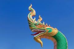 Slut upp huvudet av thai drake- eller ormkonungstatyer i buddistisk thai tempel på bakgrund för blå himmel Royaltyfria Foton