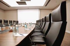 Slut upp inre för tabellkonferensrum arkivbild