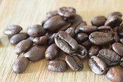 Slut upp kaffebönor på trä Royaltyfri Fotografi