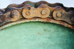 Slut upp kedja och kugghjulet för makro rostig Royaltyfria Bilder
