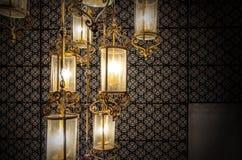 Slut upp klassiskt ljuskronaljus i tappningstil arkivfoto