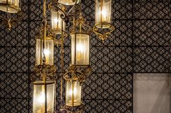 Slut upp klassiskt ljuskronaljus i tappningstil arkivbilder