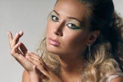 Slut upp kvinnlig framsida med makeup och skinande hår fotografering för bildbyråer