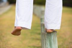 Slut upp kvinnligt balansera för fot som är utomhus- Royaltyfri Fotografi