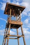 Slut upp livräddaretorn på stranden Arkivbilder