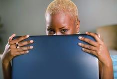 Slut upp livsstilståenden av den unga flotta attraktiva och lyckliga svarta afrikansk amerikankvinnan som poserar skämtsamt neder arkivfoton