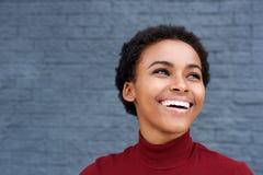 Slut upp lyckligt ungt skratta för svart kvinna fotografering för bildbyråer