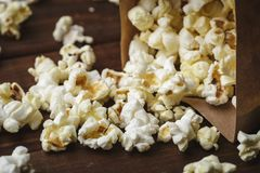 Slut upp makroen som skjutas av popcorn royaltyfri fotografi